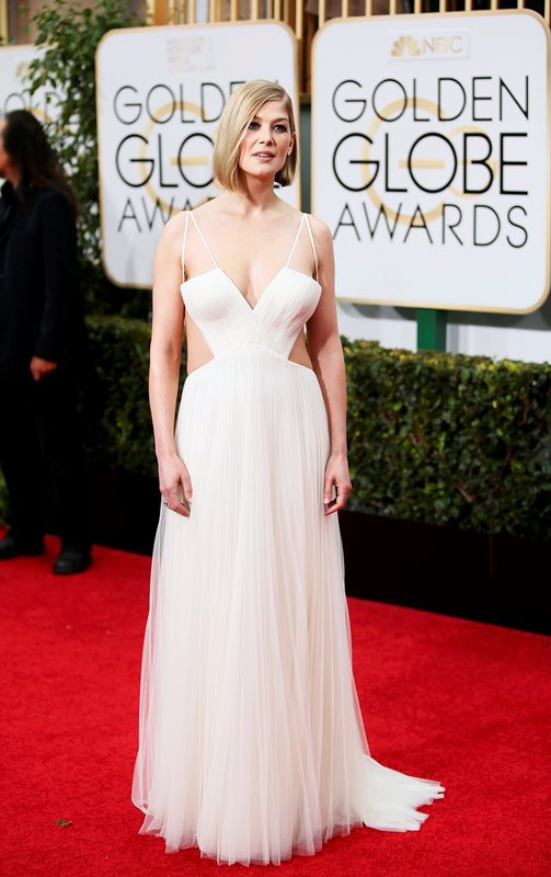Actress Rosamund Pike arrives at the 72nd Golden Globe Awards in Beverly Hills, California January 11, 2015.  REUTERS/Danny Moloshok  (UNITED STATES - Tags: ENTERTAINMENT)(GOLDENGLOBES-ARRIVALS)